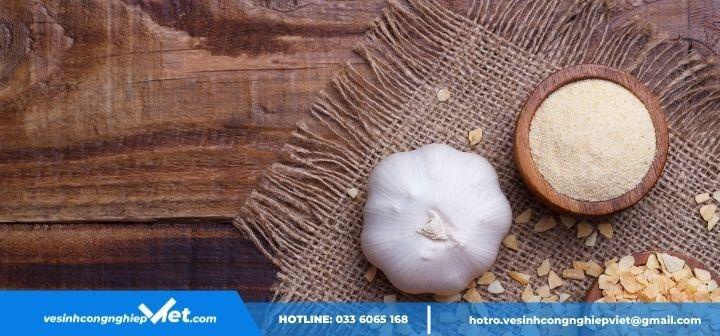 Tỏi và bột mì giúp khử mùi hiệu quả