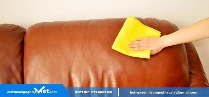 Khăn ẩm lau sạch sofa